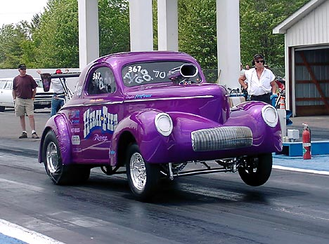 The Hemi-fied machine and others thrilled Gasser fans at Thompson. Photo by Vic Cooke