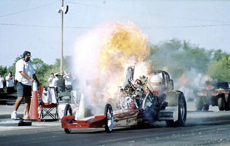 Mark Worden GRENADES the injected nitro motor in his nostalgia A/Fueler. Photo by Rick Kurtz