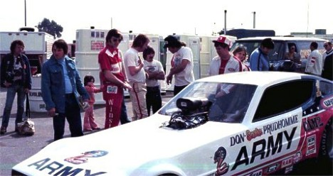 Pat Foster, Bob Brandt, and Don Prudhomme confer about the Army Arrow. Photo by Robbie Robertson